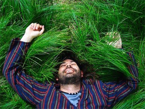 草むらに寝転ぶ男性