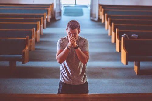 お祈りしている男性